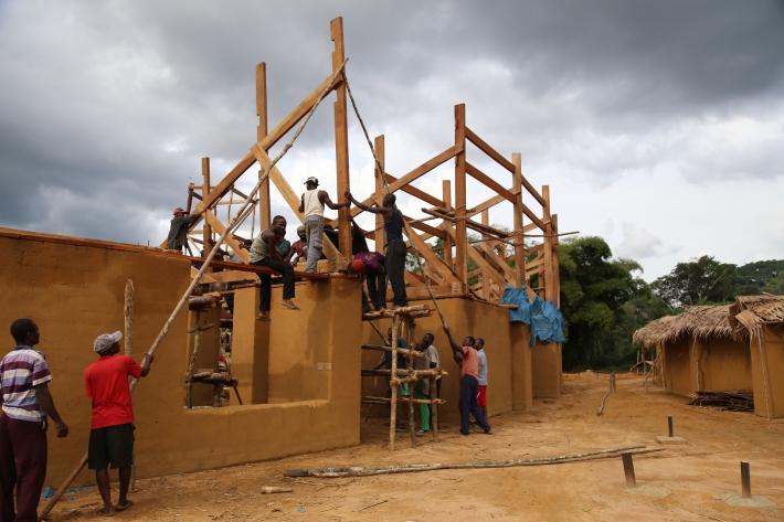 06_sollevamento dei tralicci del tetto sospeso_ Hoisting-Trusses_